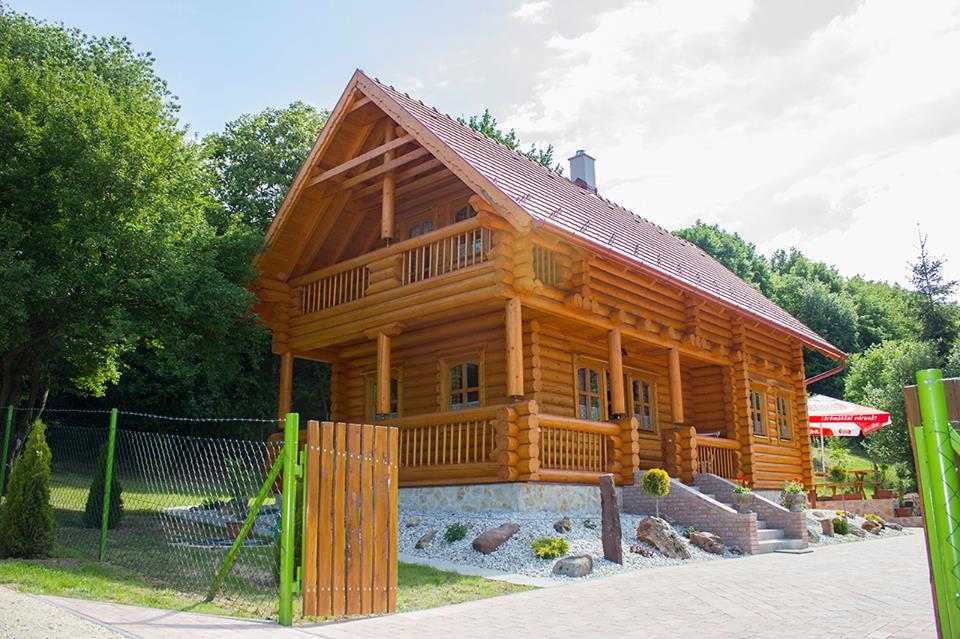 chalet d 39 habitation en bois massif. Black Bedroom Furniture Sets. Home Design Ideas